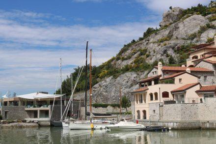 Die Häuser von Porto Piccolo sind direkt in die Felsen gebaut.