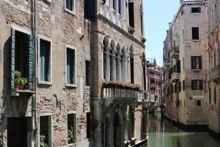 In den weniger überlaufenen Vierteln gibt es die hübschesten Kanalwege und Häuserfronten.