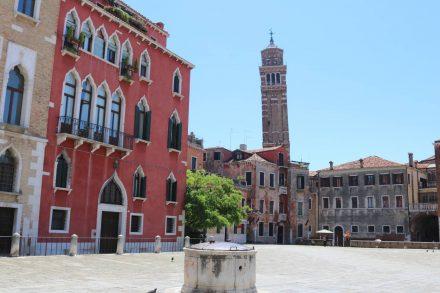 Der schiefe Companile der Kirche Santo Stefano in Venedig.