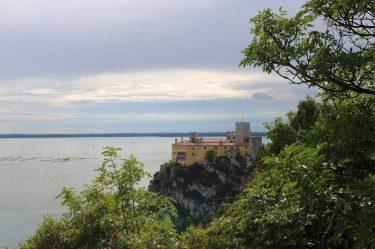 Auf dem Rilke Weg zeigt sich das Schloss von Duino von seiner schönsten Seite.