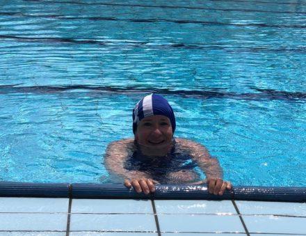 Training im großen Swimmingpool im Camping Mare Pineta.
