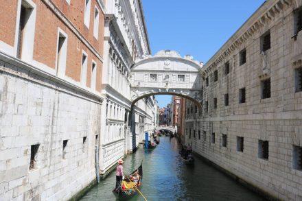 Die Seufzerbrücke, über die die Gefangenen bei ihrem letzten Gang geleitet wurden.