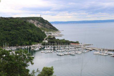 Blick vom Camping Mare Pineta auf den Hafen von Sistiana.