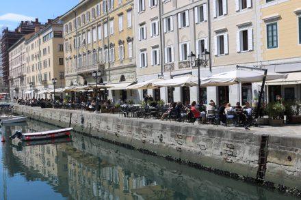 Belebte Cafés am Canale Grande von Triest.