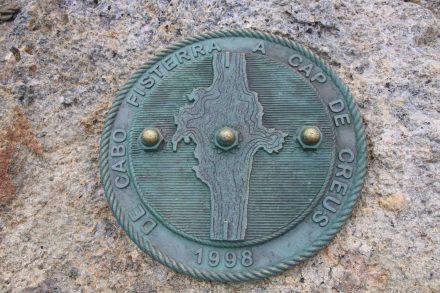 Die Tafel am Cap de Creus stellt eine Verbindung zum Cap Fisterra, dem westlichsten Punkt der iberischen Halbinsel her.