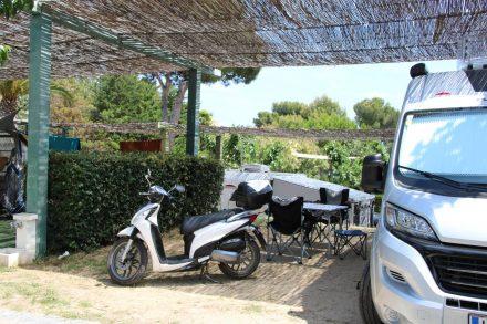 Der Adria Twin Campern auf seinem beschatteten Stellplatz im Camping Cala Gogo.
