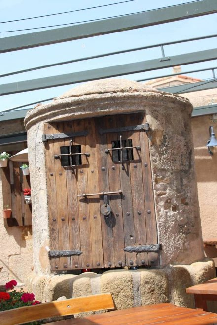 Alter Brunnen im historischen Tossa de Mar.