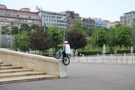 Mit einem BMX Rad kommt man überall hinauf.
