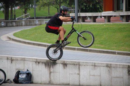 Im Park am Guggenheim Museum treffen sich die BMXler.