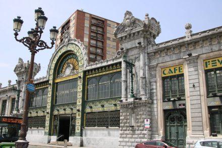 Die wunderschöne Fassade des Bahnhofs Santander in Bilbao.