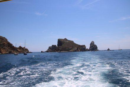 Die Heckwelle zeigt wie ein Wegweiser zu den Felsen der Medes-Inseln.