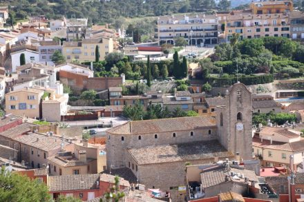 Blick über die Stadt mit der Kirche von Begur.
