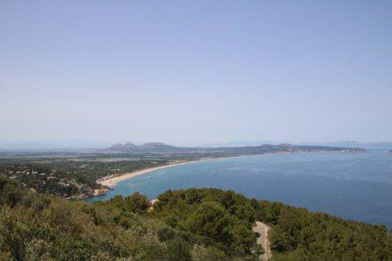 Blick die Küste hinauf nach Norden vom Mirador hoch über der Bucht von Sa Sal.