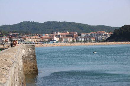 An der Südseite der Bucht steht die Statue von Dr. Areilza, der das Sanatorium gefördert hat.