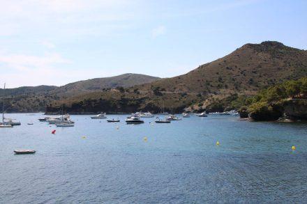 Die geschützten Buchten der Costa Brava sind mit vielen Booten besiedelt.