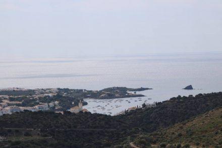 Erster Blick von der kurvigen Straße auf die Bucht von Cadaques.