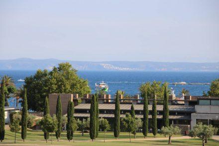 Blick vom Gelände der Festungsanlage hinaus in die Bucht von Roses.