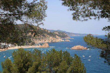 Blick von der Festung hinunter auf die Bucht von Tossa de Mar.