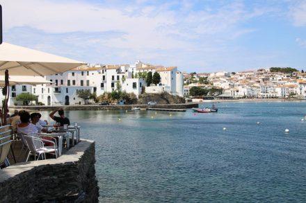 Die Promenade schlängelt sich in Kurven rund um die Bucht von Cadaques.