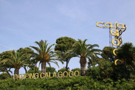 Die Einfahrt zum Camping Cala Gogo zwischen Calonge und Platja d'Aro.