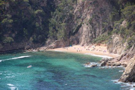 Eine der acht Buchten entlang der kurvigen Küstenstraße nach Tossa de Mar.