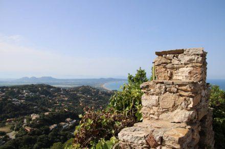 Hoch oben über der Stadt thront die Ruine des Castels von Begur.