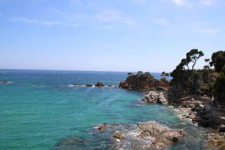Türkisfarbenes Meer, Felsen, Riffe und Bäume machen die Motive der Costa Brava einzigartig.