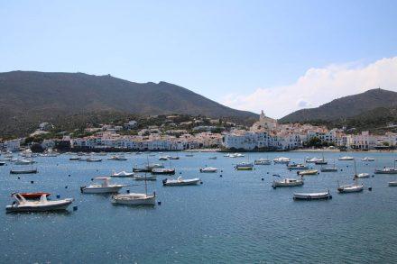 Die weißen Häuser von Cadaques und die vielen Boote in der Bucht.