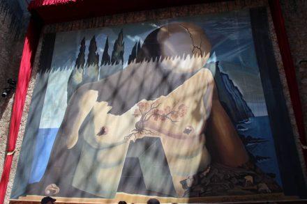 Riesiges Wandbild im typischen Dali Stil.