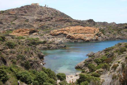 Hoch liegt das Cap de Creus über der kristallklaren Bucht.