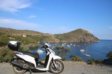 Die wunderschöne Bucht La Pelosa und unser braver Roller.