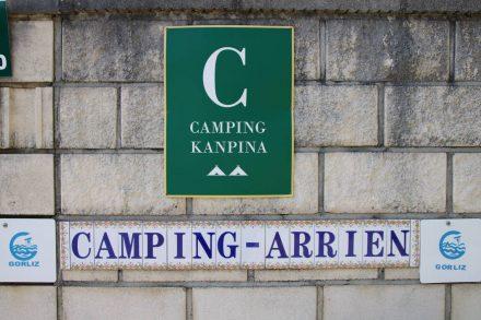 Die Einfahrt zum Camping Arrien in Gorliz.