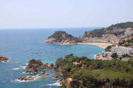 Der erste Blick auf die Bucht und Tossa de Mar von der Küstenstraße aus.