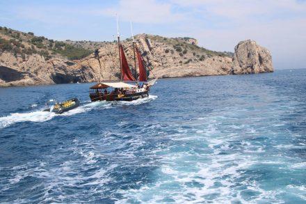 Das Segelschiff der Nautilus-Flotte bietet Ganztagestouren an.
