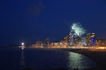 Ein abendlicher Spaziergang mit Feuerwerk über Platja d'Aro.