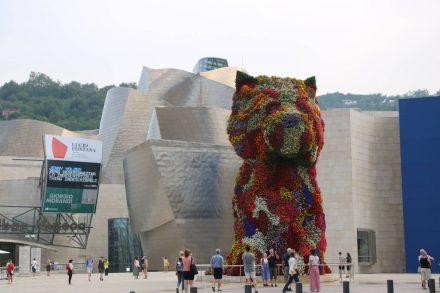 Der Blumenhund von Jeff Koons steht seit 1997 vor dem Guggenheim Museum.