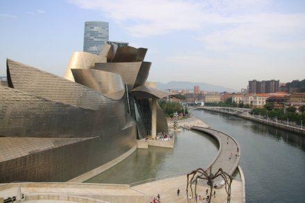 Aufgefächerte Blüten oder gigantisches Schiff - die einzigartige Form des Guggenheim Museums.