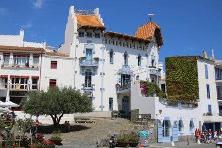 Außergewöhnliche und individuelle Häuser säumen die Bucht von Cadaques.