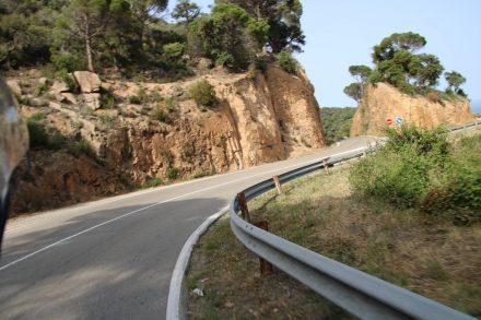 Kurvig aber auch für größere Fahrzeuge geeignet ist die Küstenstraße nach Tossa de Mar.