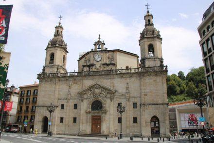 Am Rande der Altstadt steht die Kirche im schlichten Barockstil.