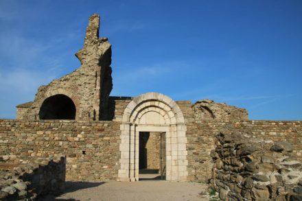 In der Kirchen-Ruine ist eine kleine Freilichtbühne aufgebaut.