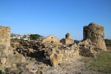 Die Grundmauern des ehemaligen Klosters in der Ciutadella von Roses.