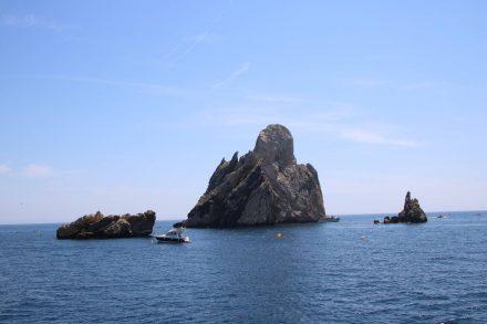 Tiefblaues Meer, blauer Himmel und dazwischen Felsskulpturen.