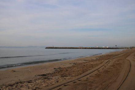 Der breite, lange Sandstrand direkt am Camping Rubina im Morgenlicht.