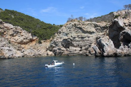 Tiefblaues Meer, hohe Felswände und viele kleine Boote ergeben traumhafte Szenerien.
