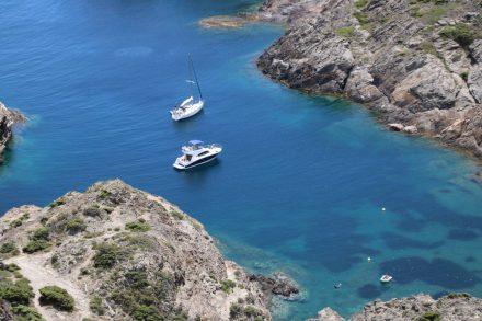 Türkis und blau schimmert das glasklare Meer zwischen den weißen Felsen.