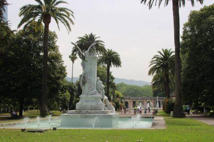 Brunnen und Skulpturen im Stadtpark von Bilbao.