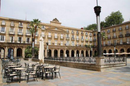 Seit dem 19. Jahrhundert laden die Bars am Plaza Nueva zu Tappas und Kaffeepause ein.