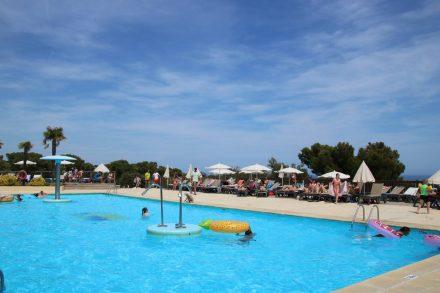 Mehrere Swimming-Pools und Rutschen sorgen für Badespaß im Camping Cala Gogo.