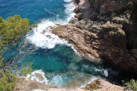 Die schroffe Felsenküste an der Costa Brava.